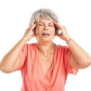 Femme âgée qui se tient la tête avec les mains